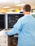 Lab technika Pracuje z hematologii Analyzer obraz stock
