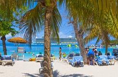 LABADEE,海地- 2018年5月01日:享受在海滩的人们天在海地 免版税图库摄影