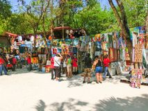 LABADEE,海地- 2018年5月01日:在海滩的被手工造的海地的纪念品晴天在海岛Labadee在海地 图库摄影