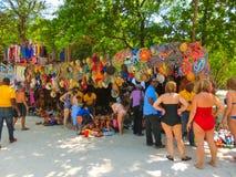 LABADEE,海地- 2018年5月01日:在海滩的被手工造的海地的纪念品晴天在海岛Labadee在海地 库存图片
