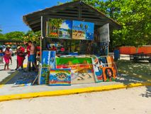 LABADEE,海地- 2018年5月01日:在海滩的被手工造的海地的纪念品晴天在海岛Labadee在海地 免版税库存照片