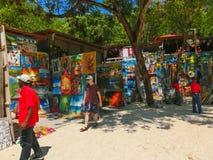 LABADEE,海地- 2018年5月01日:在海滩的被手工造的海地的纪念品晴天在海岛Labadee在海地 免版税库存图片