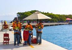 LABADEE,海地- 2018年5月01日:招呼地方音乐的小组唱和从游轮的游人在Labadee,海地靠了码头 免版税库存图片