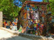 LABADEE, ГАИТИ - 1-ОЕ МАЯ 2018: Handcrafted день гаитянских сувениров солнечный на пляже на острове Labadee в Гаити Стоковые Изображения RF