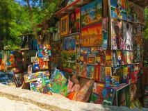 LABADEE, ГАИТИ - 1-ОЕ МАЯ 2018: Handcrafted день гаитянских сувениров солнечный на пляже на острове Labadee в Гаити Стоковое Фото