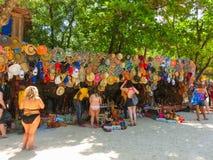 LABADEE, ГАИТИ - 1-ОЕ МАЯ 2018: Handcrafted день гаитянских сувениров солнечный на пляже на острове Labadee в Гаити Стоковые Фото