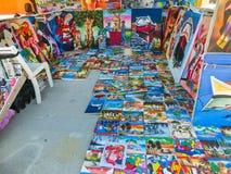 LABADEE, ГАИТИ - 1-ОЕ МАЯ 2018: Handcrafted день гаитянских сувениров солнечный на пляже на острове Labadee в Гаити Стоковое Изображение RF