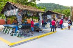 LABADEE, ГАИТИ - 1-ОЕ МАЯ 2018: Handcrafted день гаитянских сувениров солнечный на пляже на острове Labadee в Гаити Стоковое Изображение