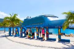 LABADEE, HAÏTI - MEI 01, 2018: De koninklijke Caraïbische die Oase van het cruiseschip van het Overzees bij de privé haven van La Royalty-vrije Stock Foto's