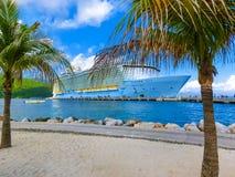 LABADEE HAITI - MAJ 01, 2018: Den kungliga karibiska oasen för kryssningskeppet av haven anslöt på den privata porten av Labadee  Royaltyfria Foton