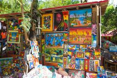 LABADEE HAITI - MAJ 01, 2018: Handcrafted solig dag för haitira souvenir på stranden på ön Labadee i Haiti Arkivfoto