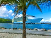 LABADEE HAITI, MAJ, - 01, 2018: Królewska Karaibska statek wycieczkowy oaza morza dokował przy intymnym portem Labadee wewnątrz obraz stock