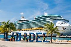 Labadeehaven en Cruiseschip royalty-vrije stock afbeeldingen