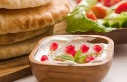Labane met pitabroodje en een salade royalty-vrije stock foto's