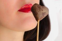 Labbra che sorridono con il biscotto di cuore-forma isolato Fotografia Stock