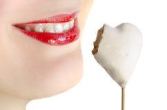 Labbra che sorridono con il biscotto di cuore-forma isolato Fotografia Stock Libera da Diritti