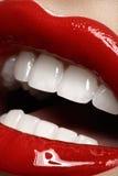 Labbra del primo piano con trucco luminoso di rosso di modo Immagini Stock Libere da Diritti