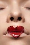 Labbra del primo piano con trucco rosso & i cristalli di rocca del cuore Stile di giorno di biglietti di S. Valentino Immagini Stock Libere da Diritti