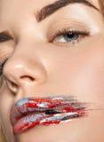 Labbra di bellezza della donna nella fine della pittura su Immagine Stock Libera da Diritti