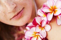 Labbra e fiori Fotografie Stock
