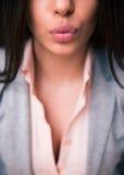 Labbra femminili che danno bacio Immagini Stock Libere da Diritti