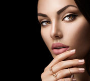 Labbra perfette della donna con il rossetto opaco beige naturale di modo Fotografia Stock Libera da Diritti