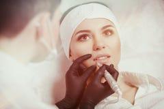 Labbra permanenti di trucco fotografia stock