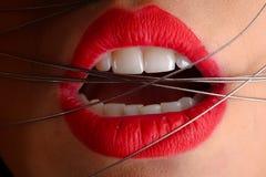 Labbra rosse con i nastri metallici Fotografie Stock Libere da Diritti