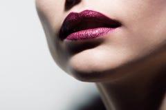 Labbra rosse di fascino su bianco Fotografia Stock