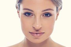 Labbra sexy del bello della giovane donna fronte del ritratto Fotografia Stock
