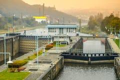 Labe在Strekov,乌斯季nad Labem,捷克附近的河锁 免版税库存照片