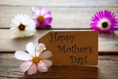 Label avec le jour de mères heureux des textes avec des fleurs de Cosmea Photo libre de droits