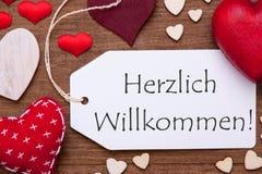 Label, coeurs rouges, configuration plate, accueil de moyens de Herzlich Willkommen Photographie stock libre de droits