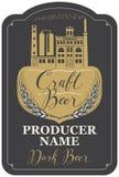 Label de bière avec le bâtiment de brasserie et les oreilles du blé Images stock