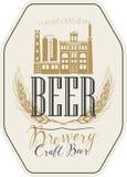 Label de bière avec le bâtiment de brasserie et les oreilles du blé Image libre de droits