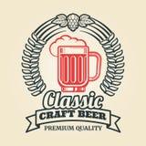 Label de bière de vintage avec la guirlande en verre d'houblon illustration stock