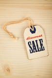 Label de prix à payer de vente au rabais sur le fond en bois de texture Photo libre de droits
