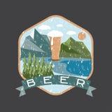 label de verre de bière avec des montagnes illustration stock