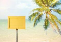 Label en bois jaune vide de signe sur la plage de mer Photos libres de droits