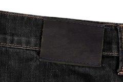 label en cuir vide sur le denim noir D'isolement sur le blanc Images libres de droits