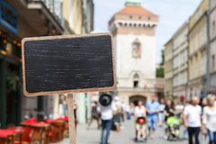 Label et touristes de tableau noir dans la petite ville européenne Images stock