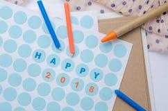 Label 2018 heureux de ` de ` sur l'autocollant de papier avec le stylo et la bougie sur la table en bois Image libre de droits