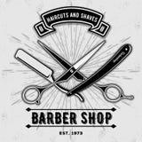 Label, insigne, ou emblème de vintage de salon de coiffure avec des ciseaux et des rasoirs sur le fond gris Coupes de cheveux et  illustration stock
