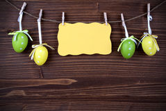 Label jaune avec quatre oeufs de pâques et espaces et cadres de copie Photos stock