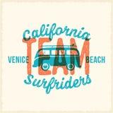 Label ou Logo Template surfant de vecteur de rétro style d'impression Ressac Van avec la typographie de planche de surf et de vin illustration stock