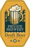 Label pour la bière pression avec le verre de bière et la vieille ville Photo stock