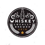 Label rond de whiskey avec une bouteille de whiskey, un ornement, un blé et une étoile Photos libres de droits