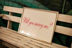 Label sur le banc avec l'inscription vous m'épouserez Image libre de droits