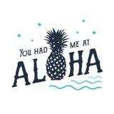 Label tiré par la main avec l'illustration et le lettrage texturisés de vecteur d'ananas Images stock
