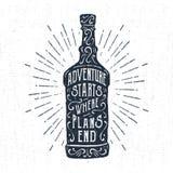 Label tiré par la main avec l'illustration et le lettrage texturisés de vecteur de bouteille de whiskey Images stock